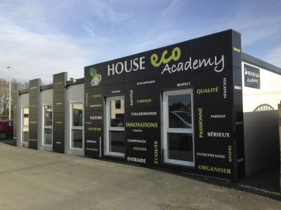 Façade House Eco Academy décorée par Elographic.