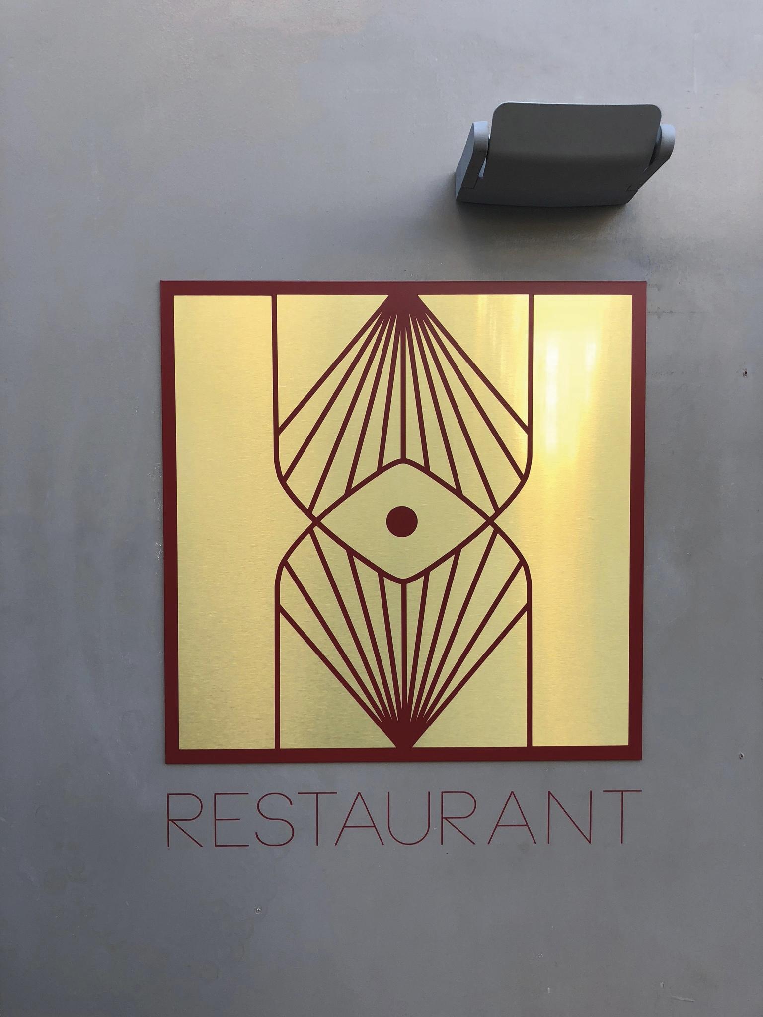 Plaque avec logo du restaurant RONIN à Angers