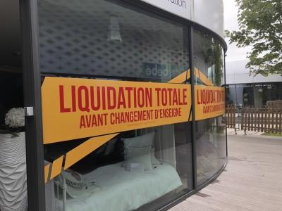 Bandeau promotionnelle jaune sur vitrine